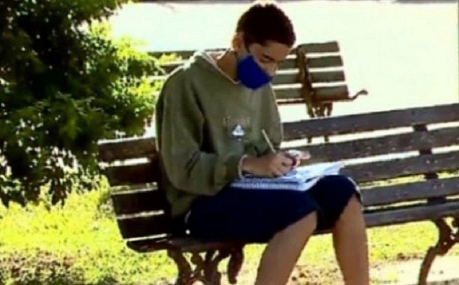 Aluno de escola pública viraliza após usar internet de açougue para estudar