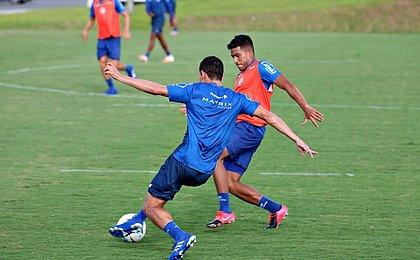 Rodriguinho disputa bola durante jogo-treino entre reservas e time de aspirantes do Bahia