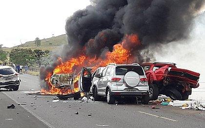 Engavetamento em rodovia baiana deixa seis carros incendiados; veja fotos