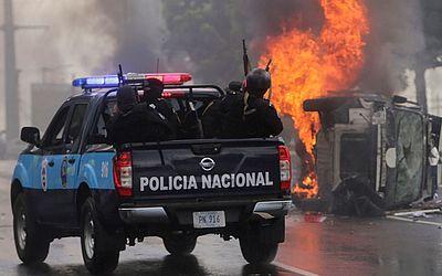 Protestos contra o governo da Nicaragua. Pelo menos duas pessoas ficaram feridas no domingo, quando supostos paramilitares dispararam contra uma marcha de oposição em  Manágua.