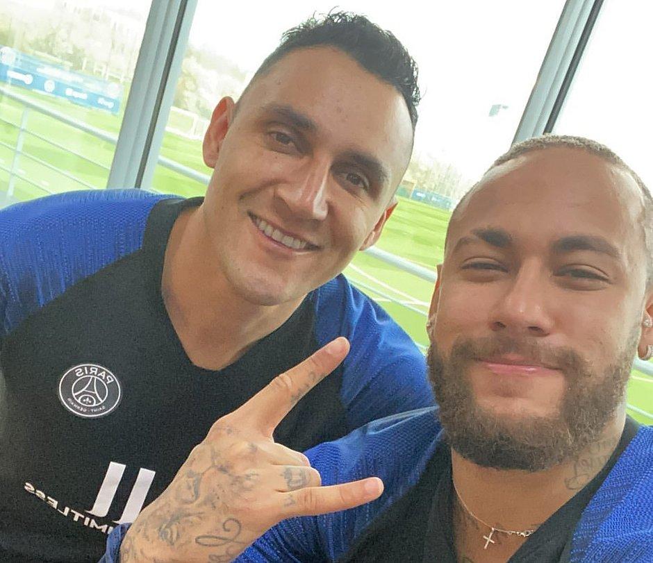 Neymar (à direita) ao lado do goleiro Navas, do PSG