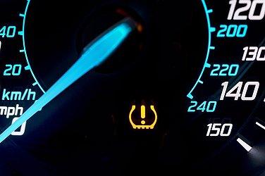 Alguns veículos mostram no painel se a pressão dos pneus está inadequada
