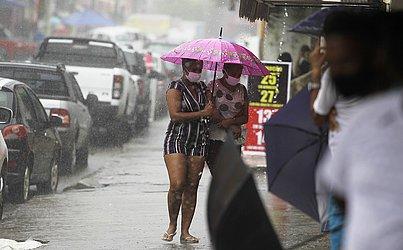 Depois de dias de sol, o tempo voltou a fechar na capital baiana.
