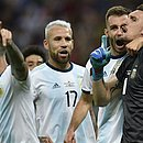 De preto, Armani festeja a defesa do pênalti com os companheiros argentinos
