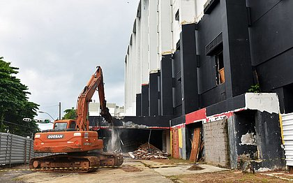 Após dez anos, Salvador Praia Hotel começa a ser demolido em Ondina