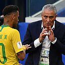 Tite saiu em defesa de Neymar após o craque receber críticas de Osório