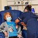 A idosa Margaret Keenan, 90 anos, foi a primeira pessoa a receber a vacina no Reino Unido