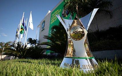 Taça do Campeonato Brasileiro em frente à sede da CBF