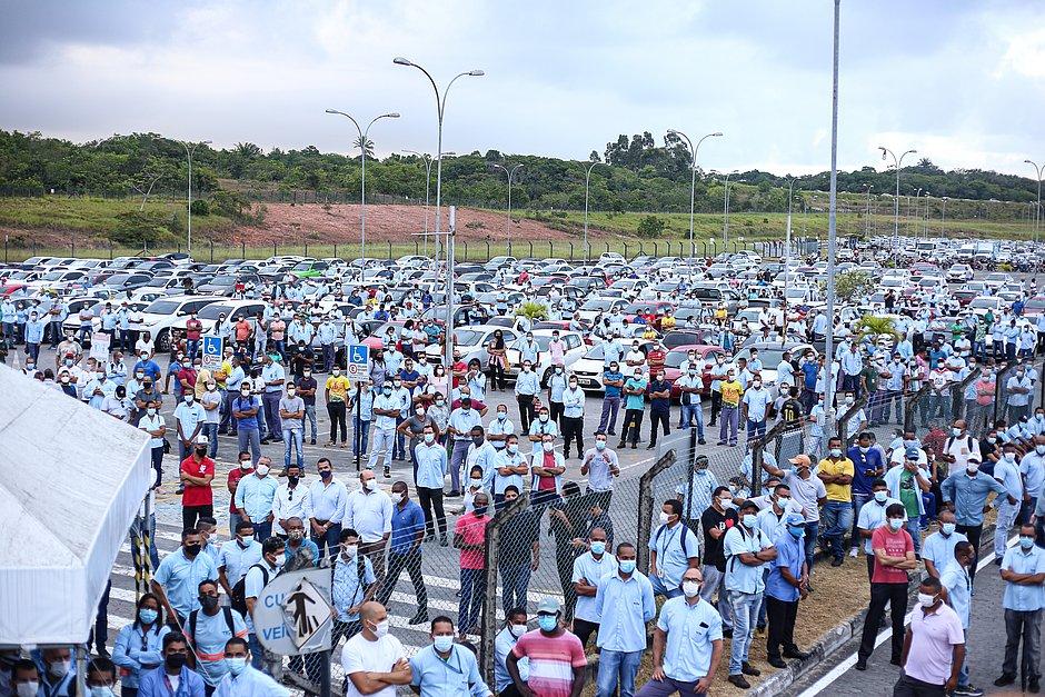 Trabalhadores da Ford fazem protesto na sede da montadora em Camaçari