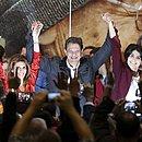 Fernando Haddad faz discurso ao lado da esposa, Ana Estela, e da candidata a vice, Manuela d'Ávila