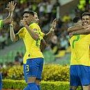 Jogadores da seleção brasileira festejam triunfo contra o Peru no primeiro jogo do pré-Olímpico