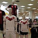 Uniforme rubro-negro volta a contar com listras verticais; branco tem um V em destaque