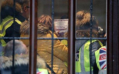 Um manifestante pro-Brexit consegue entrar no escritório do procurador geral da Grã-Bretanha, em Londres.