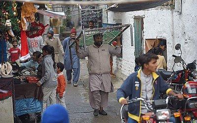 Cristãos paquistaneses reúnem-se em uma colônia cristã em Islamabad. Os Estados Unidos adicionaram o Paquistão a sua lista negra de países que violam a liberdade religiosa.