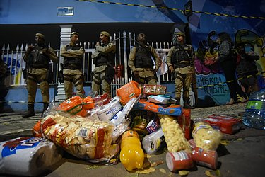 Entrada de suprimentos foi proibida pela polícia e as doações ficaram na calçada