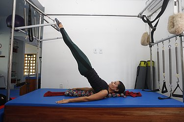 Exercício de mobilização da coluna em flexão. Exige o controle do corpo, consciência corporal e força.