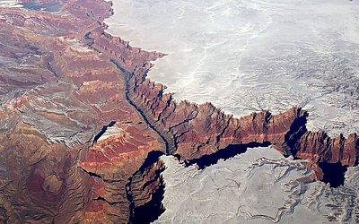 Foto aérea do Grand Canyon coberto de neve, no estado do Arizona, nos Estados Unidos.