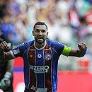 Gilberto festeja o único gol do Bahia no jogo