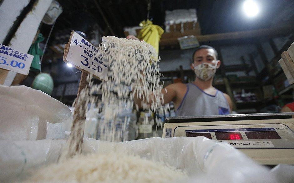 A alta no preço do arroz abalou a tradicional dupla do produto com o feijão