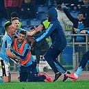 De joelhos, Milinkovic-Savic comemora gol da virada com seus companheiros no banco de reservas