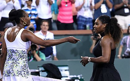 Venus (esquerda) cumprimenta a irmã Serena após vencer o confronto em Indian Wells