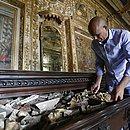 Frei Alberto de Santana mostra uma das gavetas onde estão sendo guardados rebocos folheados a ouro
