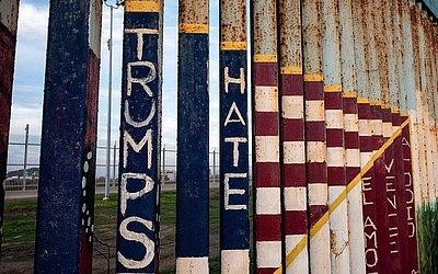 Parte do muro da fronteira EUA-México é vista de Tijuana, no estado de Baja California, México.