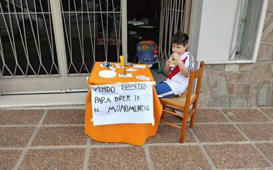 """""""Vendo brinquedos para poder ir ao Monumental"""", dizia o cartaz da banquinha montada por Renzo"""