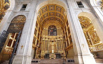 Desde meados de 2000, o altar-mor estava coberto por uma cortina