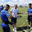 Preparador físico Paulo Paixão distribui água para Clayson e Daniel