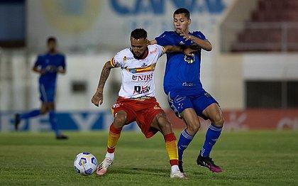 Lance do jogo entre Juazeirense e Cruzeiro pela Copa do Brasil