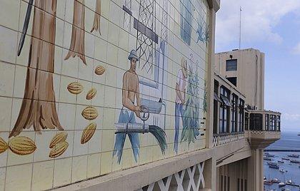 Símbolo da cidade, Elevador Lacerda faz 144 anos; veja galeria especial