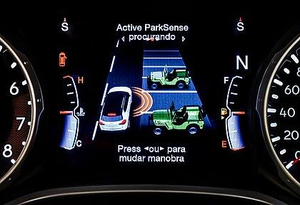 O assistente de estacionamento detecta se o veículo cabe na vaga e faz o estercamento do volante para o motorista. O espaço pode ser paralelo ou perpendicular
