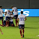 Tricolores abraçam Ernando após gol nos acréscimos