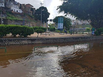 Rompimento de adutora bloqueia trânsito no acesso da Vasco aos Barris