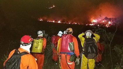 Helicóptero é usado no combate a incêndio na Serra do Tromba, na Chapada Diamantina