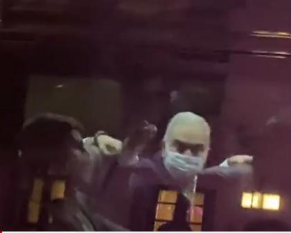 Em NY, ministro da Saúde responde a manifestantes anti-Bolsonaro com gesto obsceno