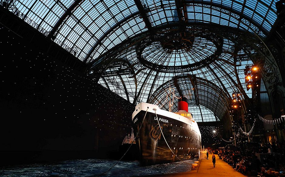 Chanel coloca navio na passarela do desfile da coleção Cruise