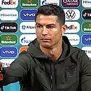 Cristiano Ronaldo afastou duas garrafas de Coca-Cola durante a coletiva de imprensa