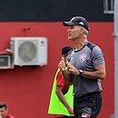 Carlos Amadeu durante treino no Barradão