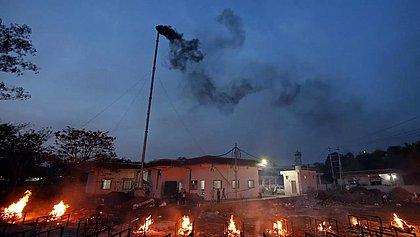 Cremações coletivas estão ocorrendo por todo o país