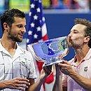 Mate Pavic e Bruno Soares comemoram com a taça do US Open