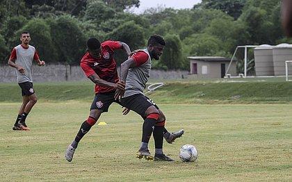 Ruan e Rafael Carioca em lance de disputa de bola durante treinamento