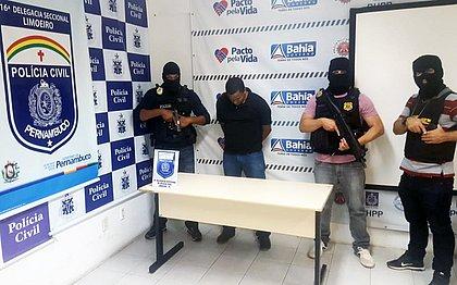 Alexandre Mendonça com policiais civis de Limoeiro (PE), para onde foi encaminhado após ser preso na Bahia