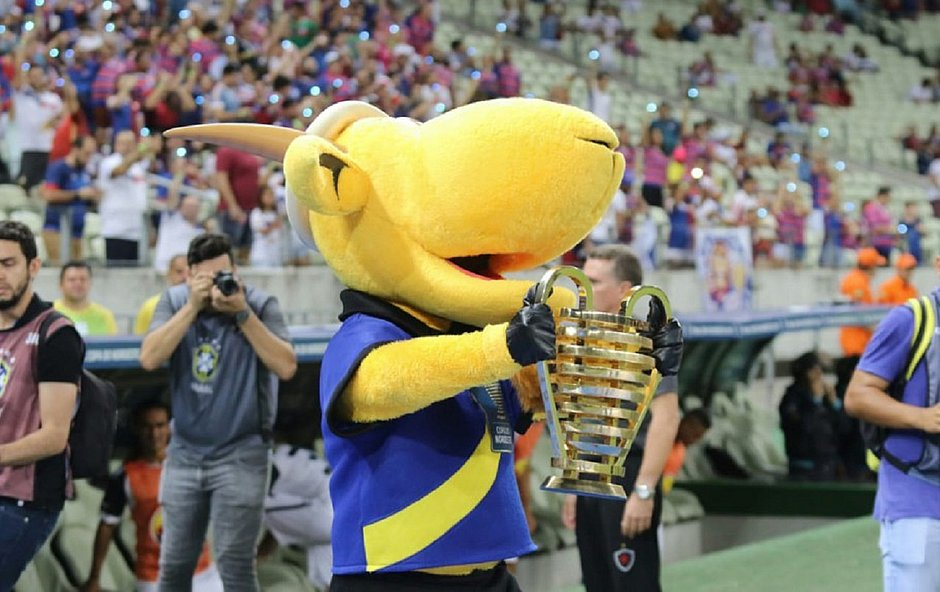 "Mascote da Copa do Nordeste, o bode Zeca Brito exibe a taça conhecida como ""Orelhuda"""