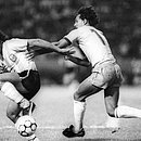 5 de maio de 1985: brasileiro Eder tenta tomar bola do argentino Burruchaga durante amistoso entre Brasil e Argentina na Fonte Nova