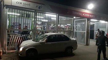 Motorista é baleado na cabeça e atropela duas mulheres na Rótula do Abacaxi