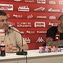 Gabriel Furtado (a direita) é apresentado ao lado do gerente de futebol Alarcon Pacheco