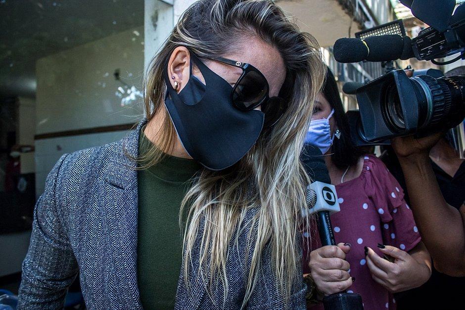 Cátia Raulino deixou delegacia em silêncio, sem responder perguntas dos jornalistas