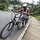 Seu Joscelino enfrenta o Ladeirão da Oito duas vezes por dia e sempre desce da bicicleta